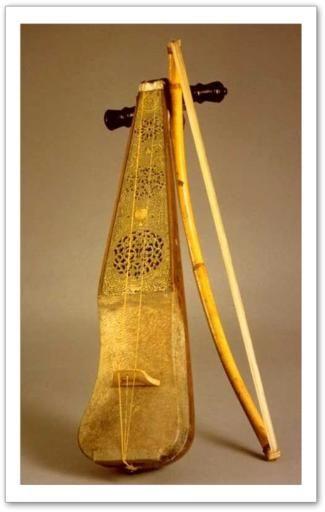 Le terme rabâb désigne deux grandes familles dinstruments à cordes dont la table d'harmonie est une peau. Le terme est attesté dès le Xe siècle chez le musicologue Farabi. On distingue les vièles, instruments à cordes frottées d'une part, et les luths, instruments à cordes pincées, d'autre part. Tous ces instruments se sont répandus dans le monde musulman.