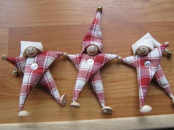 Celà sont fait avec les perles en bois Voici le tuto de chez : http://latelierdophelie.over-blog.com/article-13344135-6.html comment faire des lutins de noël : Celà ont des têtes de boulles de cotillons Lutin de Noël Fournitures : Chutes de tissus Fine...