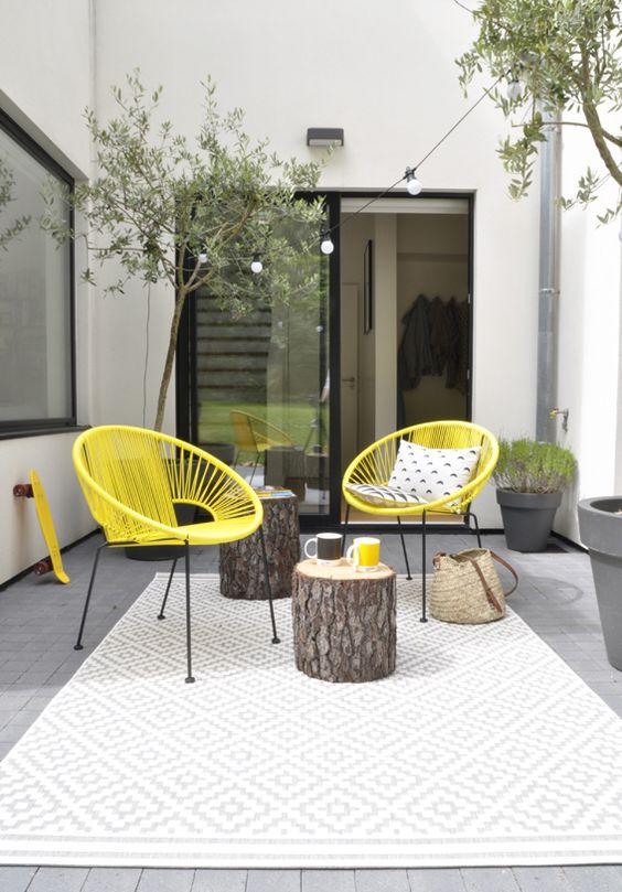 Terrasse contemporaine avec du mobilier de jardin jaune