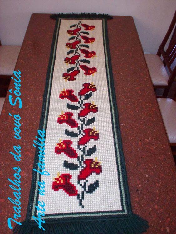 Trabalhos da vovó Sônia: Caminho de mesa Dona Tê - tapeçaria
