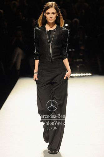 Mercedes-Benz Fashion Week Berlin - Focus On Fashion ESTHER PERBANDT A/W 2014  schwarz lederriemen um kette geschlungen