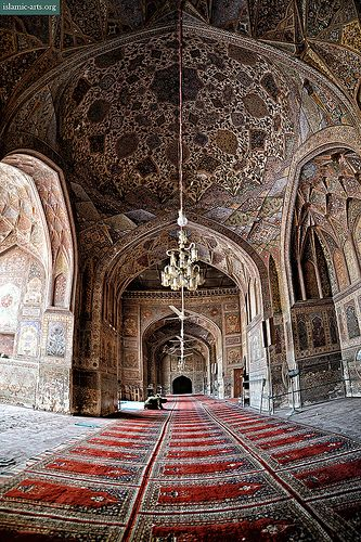 Prayer hall of the 17th century Wazir Khan Mosque, Lahore.  Photo © F.Bhatti (islamic-arts.org). Follow us on Facebook: facebook.com/heritageofislam