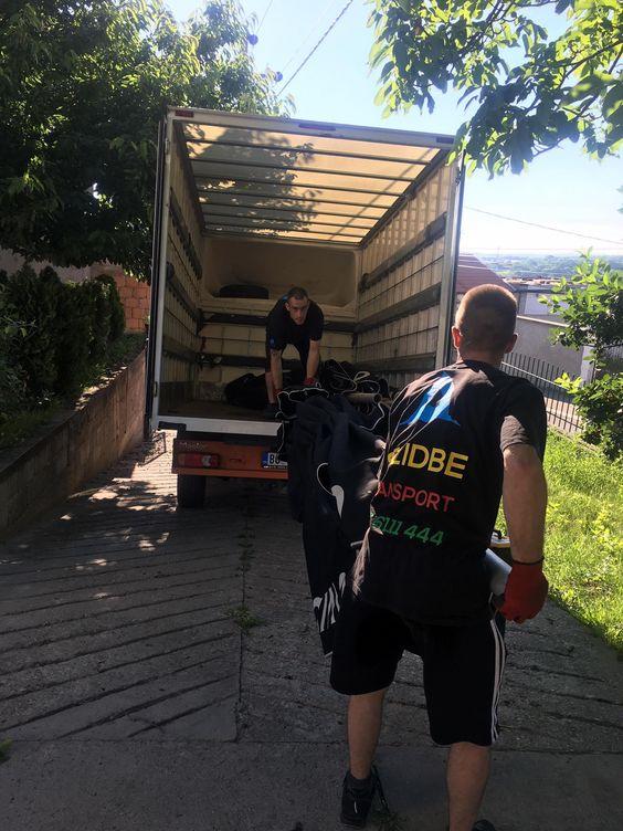profesionalni radnici utovaruju u kamion