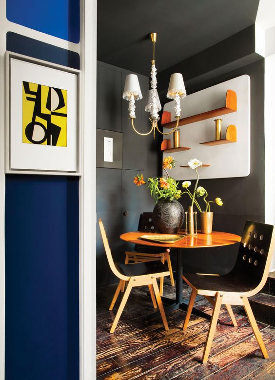 Punchy and dramatic small dining space. Love love love these colours, graphic print and furniture