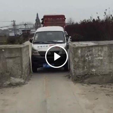 Carro passa por estreito e passa.