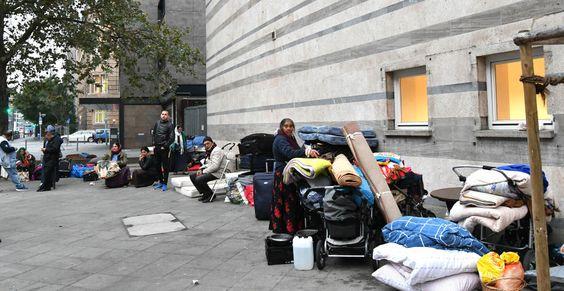 Bezdomni Cyganie z Rumunii koczują w Niemczech grupami na ulicach Frankfurt am Main 17.10.2016, Innenstadt, Gutleutstrasse,  vor der Weissfrauengemeinde, obdachlose Rumänen.: