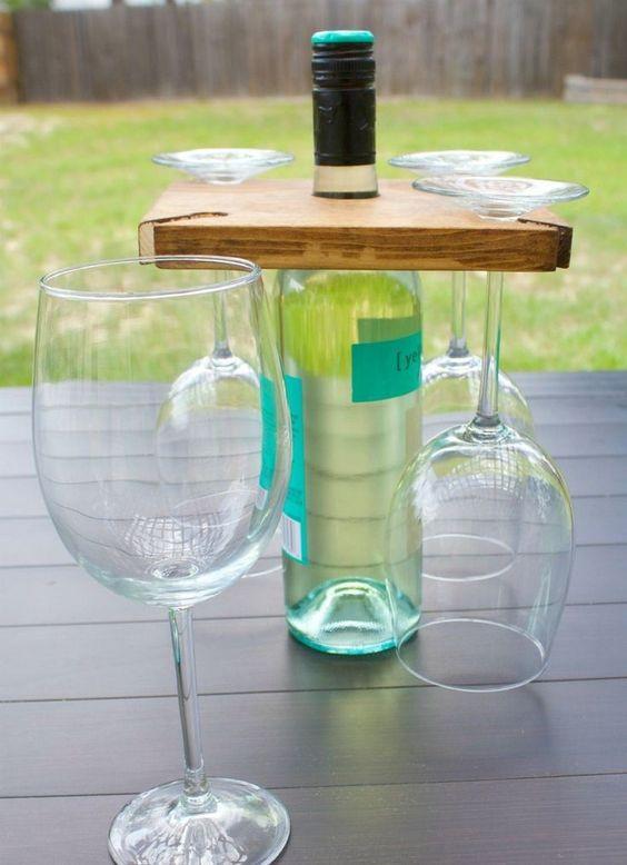 déco récup avec des bouteilles de vin vides et étagère en bois massif…