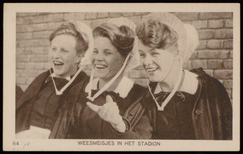 Olympische Spelen. Weesmeisjes in het stadion. Uitgave Weenenk & Snel, Den Haag prentbriefkaart 1928 Collectie Stadsarchief Amsterdam #NoordHolland #Amsterdam #wezen