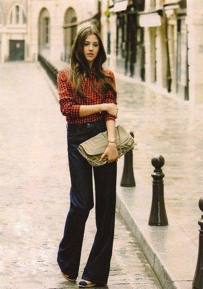 Camicia a quadretti. Stretta stretta. Infilata dentro a jeans a zampa. Si cammina (anche) così tra le vie di Parigi.