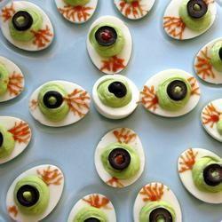 Halloween Essen fürs Buffet - halloween food ideas, gefüllte Eier, halloween party, gruselig Das Rezept gibts auf Allrecipes Deutschland http://de.allrecipes.com/rezept/15822/monster-augen-f-r-halloween.aspx