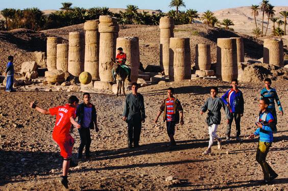 """A Cheikh Abada, on joue au foot dans un livre d'histoire à ciel ouvert. Ce village, situé à 30 km au sud de Minia, """"capitale"""" de la Moyenne-Egypte, abrite non seulement ce temple érigé par Ramsès II, mais aussi les restes de la cité romaine d'Antinoé, fondée par l'empereur Hadrien."""