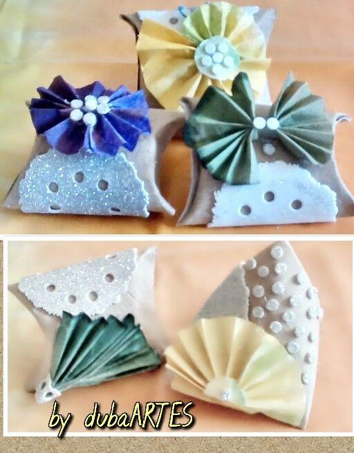 Caixinhas feitas com tolos de papel higiênico, decoradas com filtros de cafe tingidos e eva.