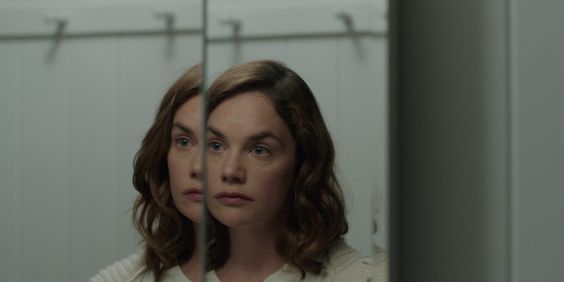 TIFF 2016 Review: I Am the Pretty Thing That Lives in the House http://best-fotofilm.blogspot.com/2016/09/tiff-2016-review-i-am-pretty-thing-that.html  Oz Perkins' slow burning haunted house drama I Am the Pretty Thing That Lives in the House casts a powerful spell  In the opening moments of I Am the Pretty Thing That Lives in the House, writer/director Oz Perkins (son of the late, great actor and sometime director Anthony Perkins) makes it clear what kind of ghost story he's aiming to…