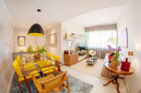 Colorido e provando que uma bela combinação de cores pode mudar completamente sua casa, este apartamento tem 60m² e está em Laranjeiras, no Rio de Janeiro. Quem assina o projeto é a arquiteta Camila Marzulo.