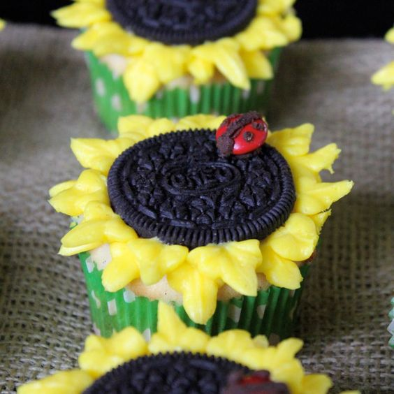 Sunflower cupcakes, I've made these before. Really cute!