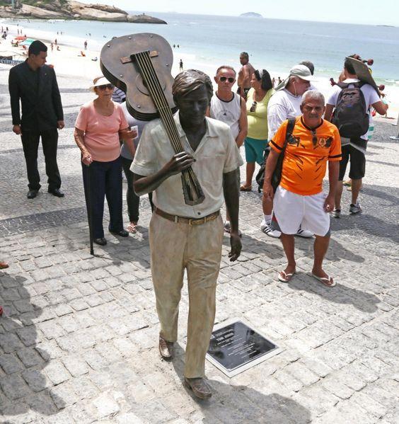"""O cantor e compositor brasileiro Antônio Carlos Brasileiro de Almeida Jobim, popularmente conhecido como Tom Jobim, é homenageado com uma estátua na orla da praia de Ipanema, eternizada nos versos de uma de suas canções mais famosas, """"Garota de Ipanema"""". Foto por Ricardo Cassiano"""