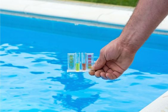 Las piscinas son reservorios de microorganismos que atentan peligrosamente contra la salud. Sus aparentes aguas limpias pueden esconder cantidades de...