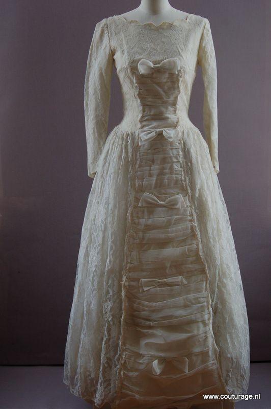 Kanten bruidsjapon met strikken als garnering op de voorkant.(1950T001)
