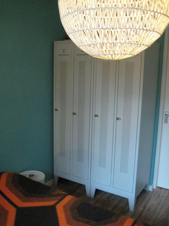 De hele kamer is geschilderd in Vintage Blue, uit de lijn van Flexa Creations. Een 'retro' blauwgroenige tint, die tegelijkertijd de kleur van de Indische oceaan heel aardig imiteert. Een geschikte kleur voor de slaapkamer trouwens: lichte blauw- en groentinten hebben een rustgevende, ontspannende werking. Dé blikvanger is natuurlijk de grote bolvormige lamp gemaakt van dun scheepstouw.