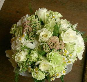 花ギフトのプレゼント【BFM】 ホワイト(白)しかだせない 明るさと優しさ。 そんなフラワーアレンジメント http://www.basketflowermarkets.com
