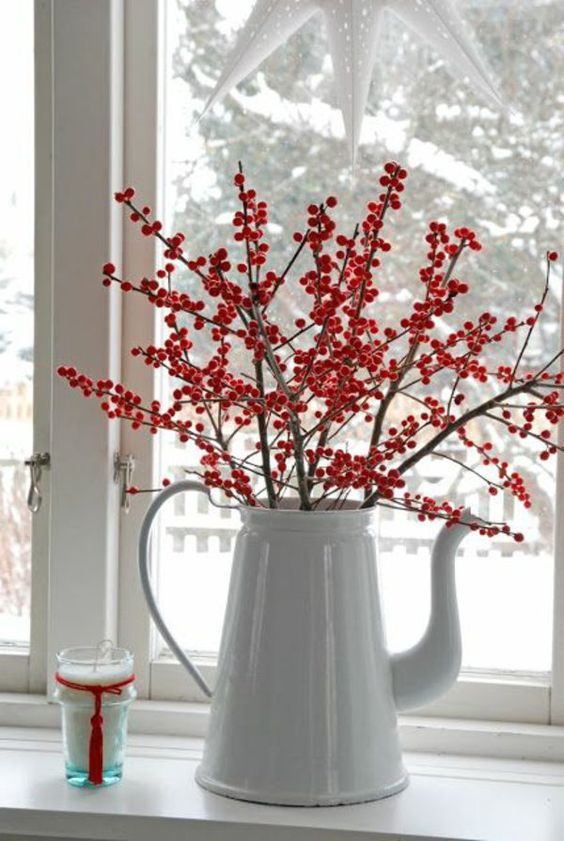 fensterdeko für weihnachten rote beeren zweige weiße kanne: