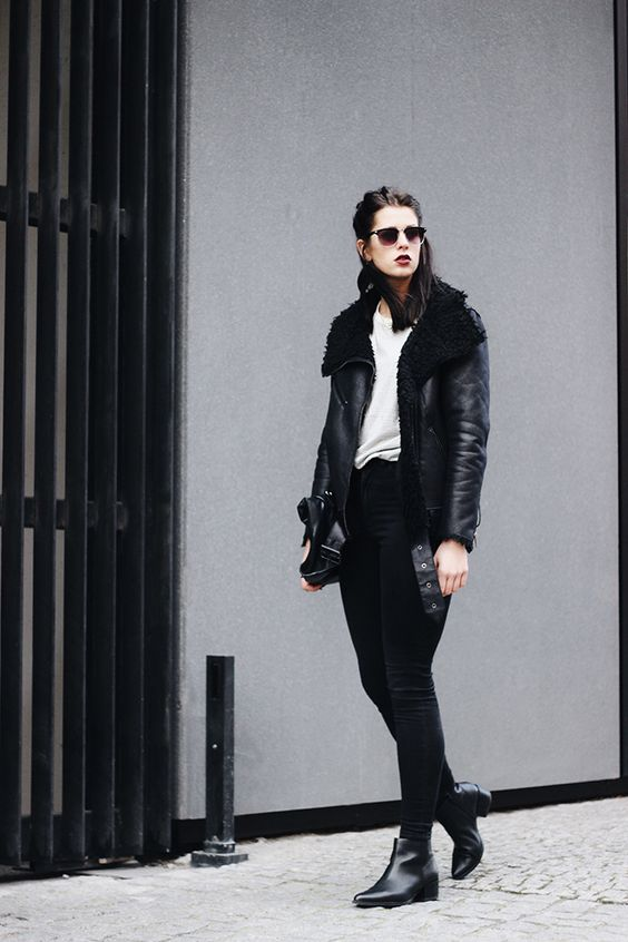 Elisa from the Fashion- and Lifestyleblog www.schwarzersamt.com is wearing a black sheffiled jacket from H&M grey, a striped shirt from H&M men, VAGABOND boots and a skinny jeans. The accessoires are a black clutch and sunglasses. The hair is styled to a messy half bun to create a cool and boyish look
