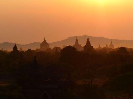 Myanmar - Birmanie - Bagan Oh my Buddha! Lever et coucher de soleil le même jour devant 3000 temples... https://picsandtrips.wordpress.com/2014/03/25/oh-my-buddha-une-histoire-de-karmas/