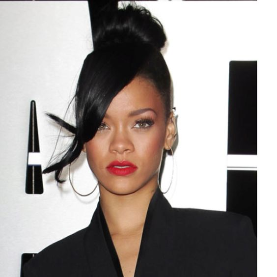 Red lips & top knot. Looks haute.