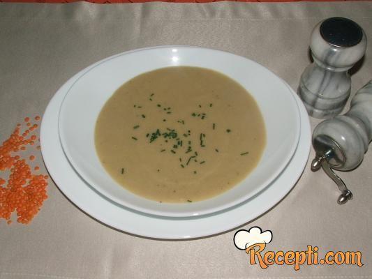 Recept za Čorbu od crvenog sočiva i tikvica. Za spremanje čorbe neophodno je pripremiti sočivo, tikvice, krompir, luk, puter, so, biber.
