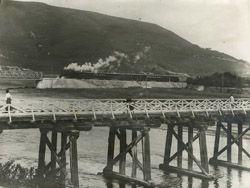 El paso del tren  c. 1910-1920  Fotografía en papel gelatina