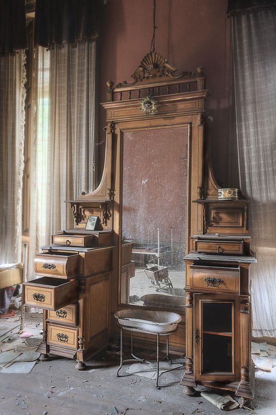 As a teenager I used to walk thru these crazy antique stores off the 55 Fwy and wish to own one of these vanities...