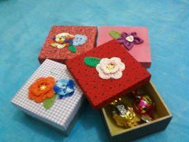 Caixinha com flores de crochê www.facebook.com/pages/Mili-Duk/297661550283855?ref=hl