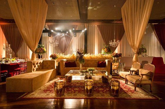 Sofá fendi para lounge de casamento com decoração vermelha