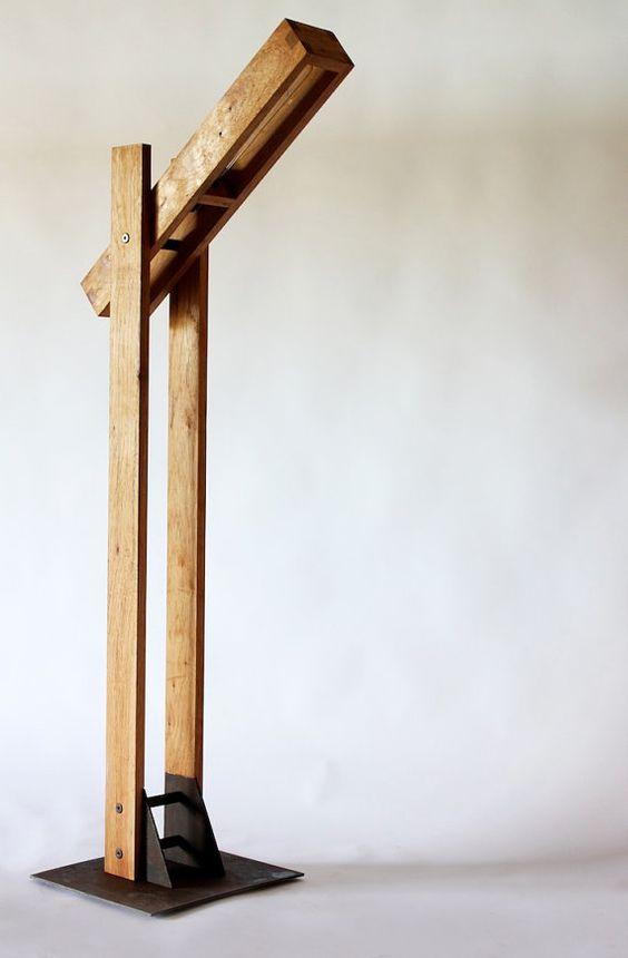 Die Regenpfeifer-Lampe wurde inspiriert durch die Ölpumpen zwischen Austin und die Ebenen zu treiben. Sauber und einfach wie die offenen Strassen in West-Texas.    Die Regenpfeifer, kommt auch in eine Schreibtischlampe, die ideal für einen Beistelltisch, Büro oder Schlafzimmer ist.  Die Stehleuchte ist in Pecan fotografiert und der Schreibtisch ist aus Nussbaum natur fotografiert, aber es mit Ihrer Wahl von Material konstruiert werden kann, mailen Sie uns für Preise und Material…