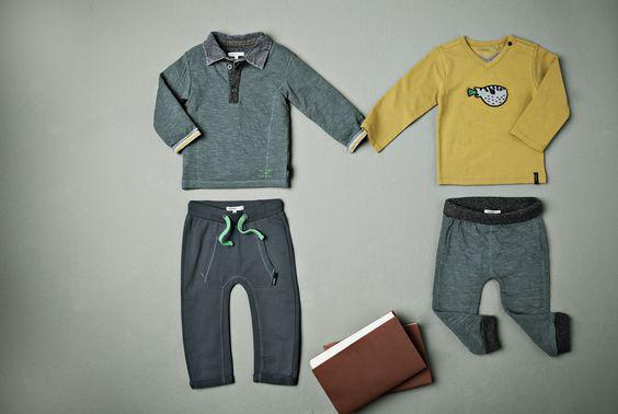 2 broekjes in grijs-blauwe tinten. Een grijze t-shirt met lange mouwen en gele t-shirt met lange mouwen. #Noppies