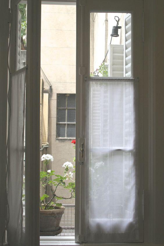 Visillos de gasa con fantasia para ventana antigua de for Cortinas para departamento