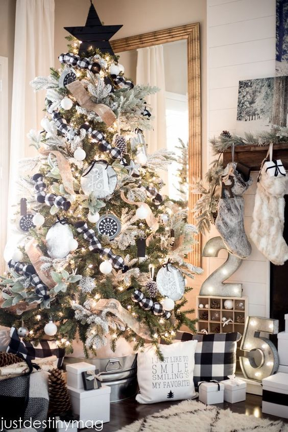A perfect black and white buffalo check Christmas Tree! See 10 more Christmas Tree Decorating Ideas on dreambookdesign.com: