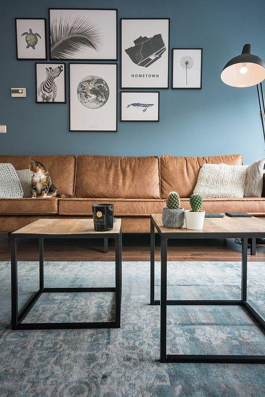 Woonkamer: bijzettafels vlojo, bank be pure home rodeo cognac, vintage carpet, desenio wall art posters, kleur op de muur boreal blue (gamma):