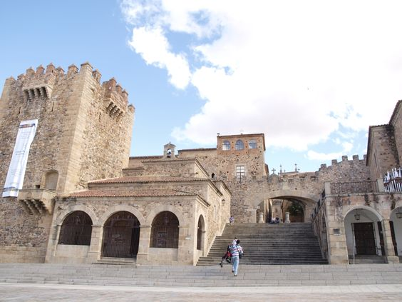 Puerta del recinto amurallado, desde la Plaza Mayor