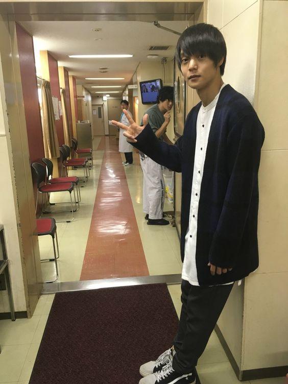 楽屋前の完全私服の窪田正孝