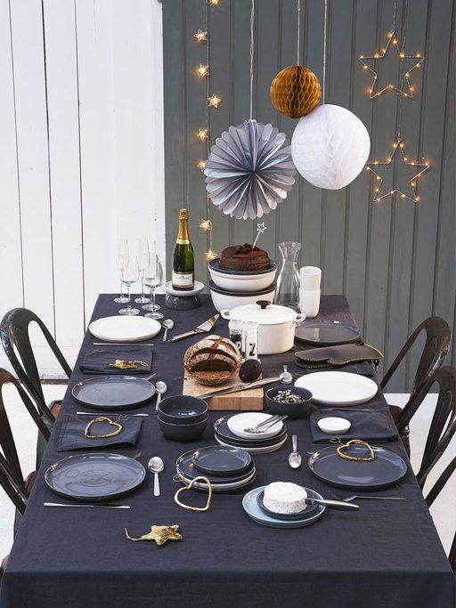 Borden, glazen, bestek, pannen, planken, tafelkleden, kaarsen, versieringen, taart, bubbels… Bij Hema vind je werkelijk álles voor een mooi gedekte tafel.