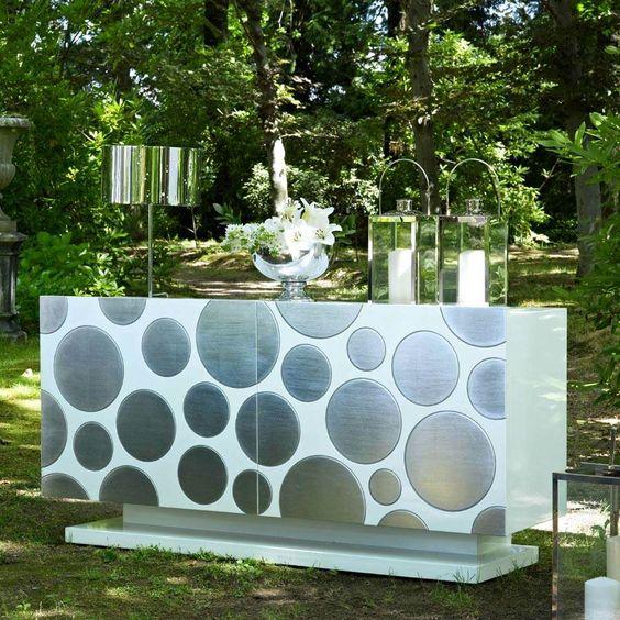 Aparador de estilo vintage,con 2 puertas y figuras geometricas en color plata, realizado en maderas lacadas.