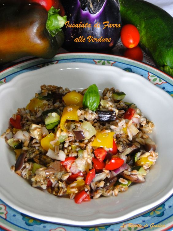 L'insalata di Farro è un piatto da gustare sia freddo che caldo, arricchito con verdure miste è un piatto ideale per i vegetariani ma anche per gli carnivori. Il farro è un cereale antico, un tipo di frumento utilizzato dall'uomo come nutrimento fin dal neolitico, impiegato dagli Etruschi, Egizi e Romani. Nei giorni nostri è coltivato soprattutto nel nord della Toscana, in provincia di Lucca.