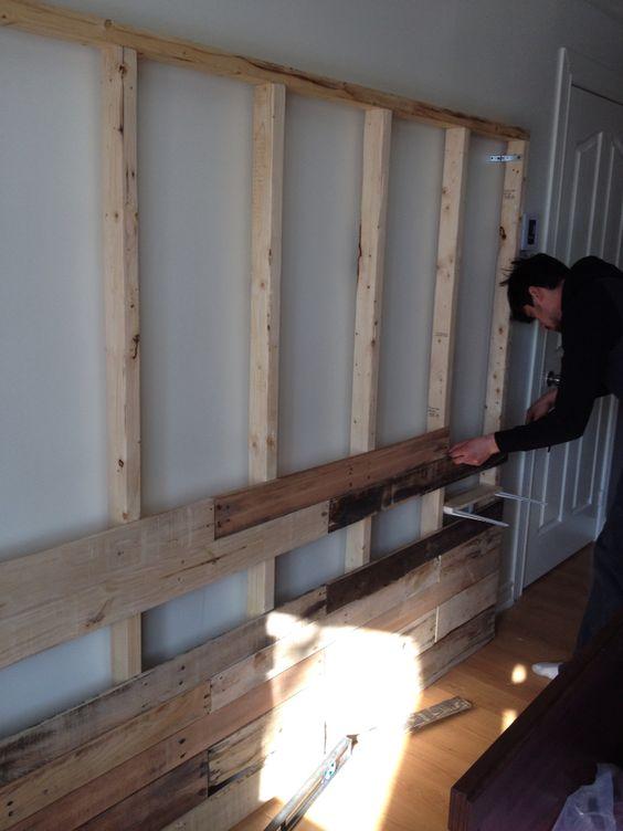 construction du mur en bois recyclé palettes en bois bois recup  ~ Construction Mur Bois