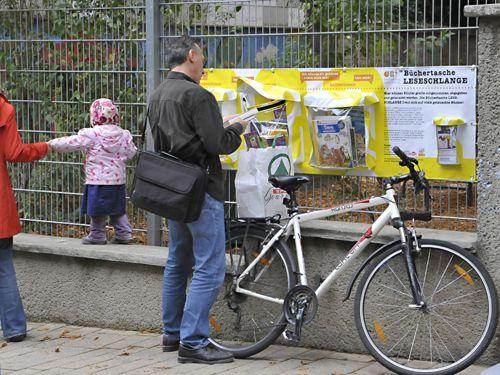 Die Idee der Leseschlange wurde von der Gebietsbetreuung in Wien in Kooperation mit einer anderen Initiative entworfen. Bücher können dabei zur Verfügung gestellt und entnommen werden.