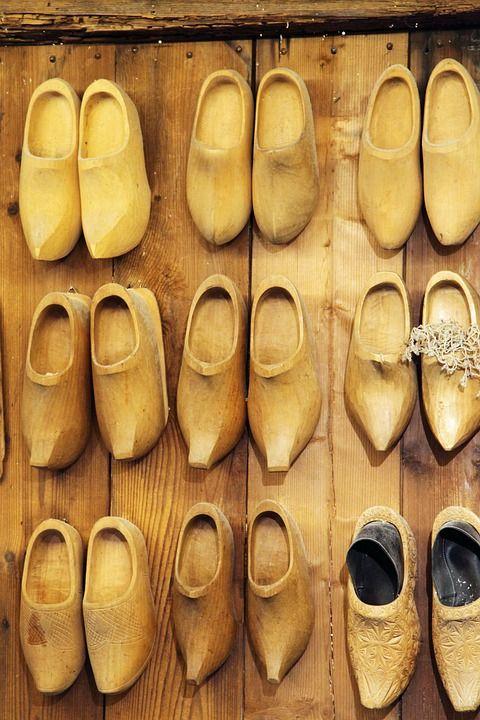 تفسير حلم رؤية القبقاب في المنام القبقاب الخشبي القبقاب الزجاجي المشي بالقبقاب تفسير شراء القبقاب تفسير حلم رجل يعطيني حذاء الق Sanita Clogs Clogs Sanita