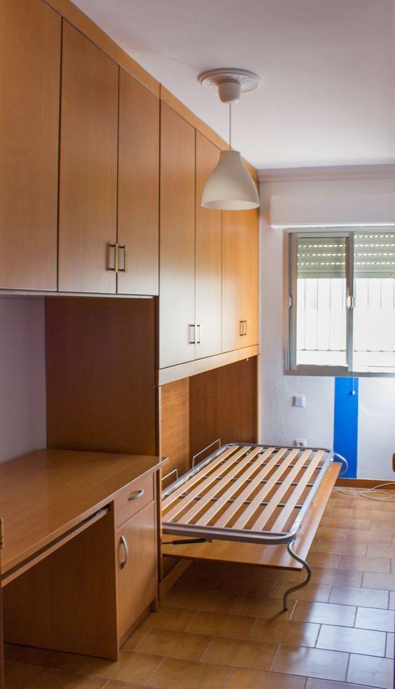 Armario empotrado a medida con cama abatible, todo compañero a escritorio de cliente. Perfecto para habitaciones con poco espacio.