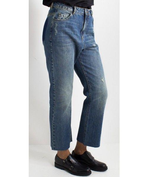 Jeans con fondo a taglio vivo e con chiusura con bottone e ZIP.