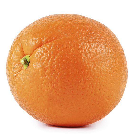 Rieche an der Haut einer Orange für einen natürlichen Stimmungsbooster. | 20 einfache Tricks, wie Du jeden Tag ein bisschen gesünder lebst