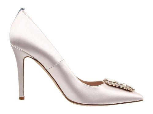 Escarpins en satin avec strass chaussures de mariée Sarah Jessica Parker http://www.vogue.fr/mariage/adresses/diaporama/sarah-jessica-parker-lance-sa-collection-descarpins-pour-maries/20914/carrousel#la-collection-spj-bridal-collection